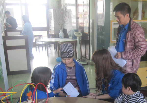 Đoàn Thanh niên NXBGDVN trao quà cho những mảnh đời khó khăn