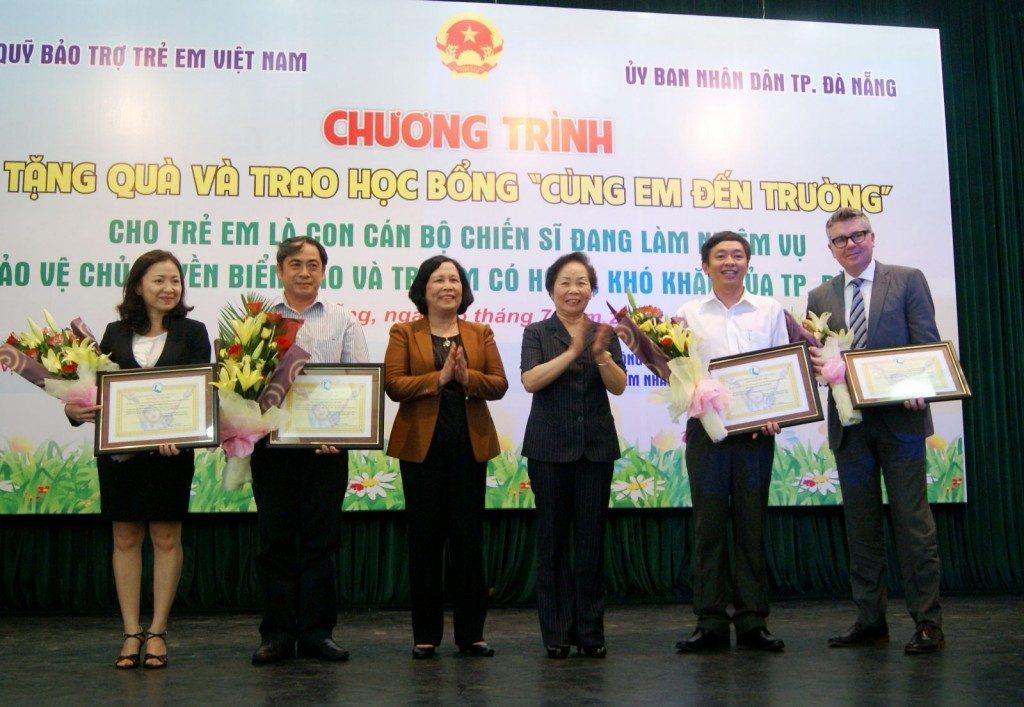 Ông Ông Thừa Phú – Phó Tổng Giám đốc NXBGDVN kiêm Giám đốc NXBGD tại Đà Nẵng (thứ hai từ phải sang) trao học bổng tại Đà Nẵng