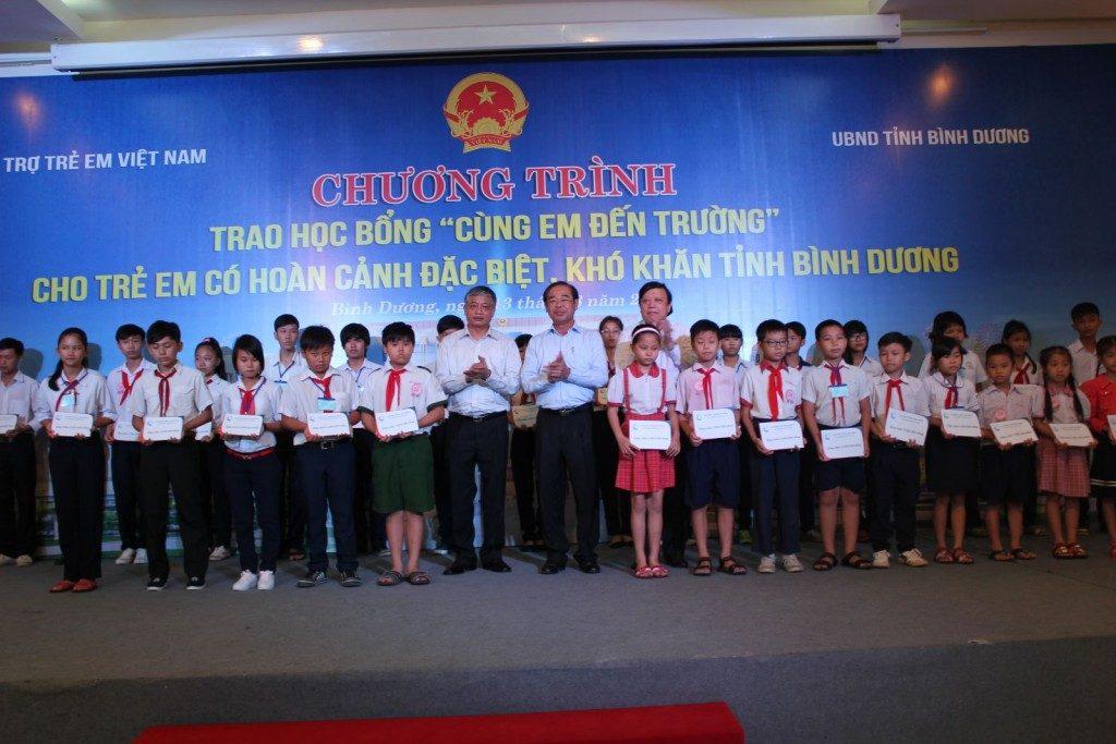 Ông Ngô Trần Ái – Chủ tịch HĐTV trao tặng học bổng tại tỉnh Bình Dương