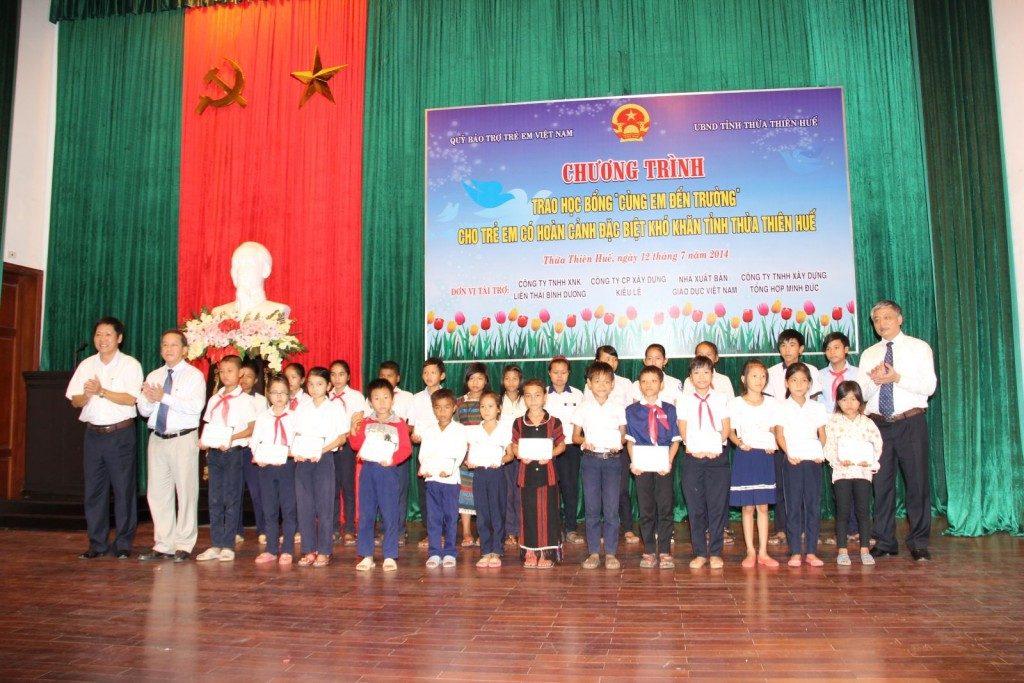Ông Lê Bích Ngọc – Phó Giám đốc NXBGD tại Đà Nẵng (ngoài cùng bên trái) trao học bổng tại Thừa Thiên – Huế