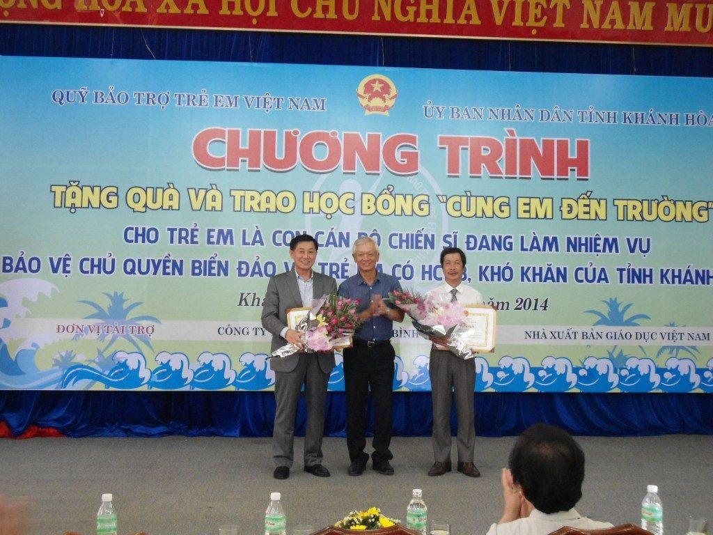 Ông Phan Xuân Khánh – Phó Giám đốc NXBGD tại TP.HCM trao học bổng tại Khánh Hòa