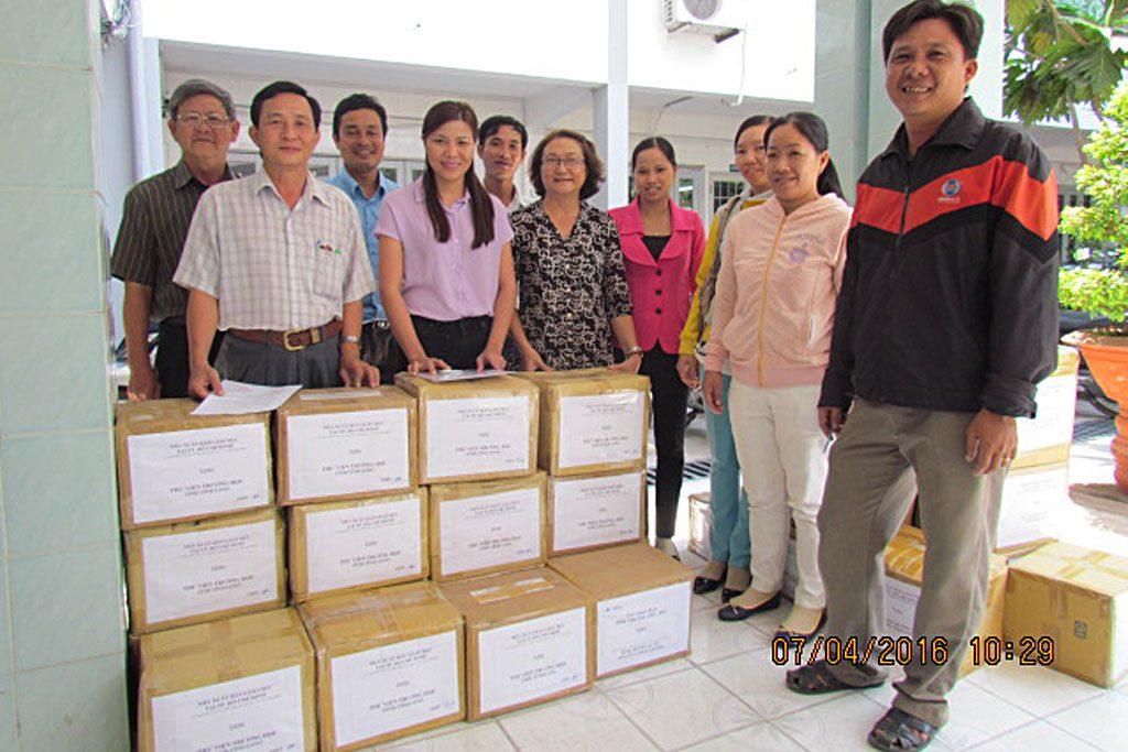 NXBGD tại TP.HCM tặng sách cho các trường tại tỉnh Vĩnh Long