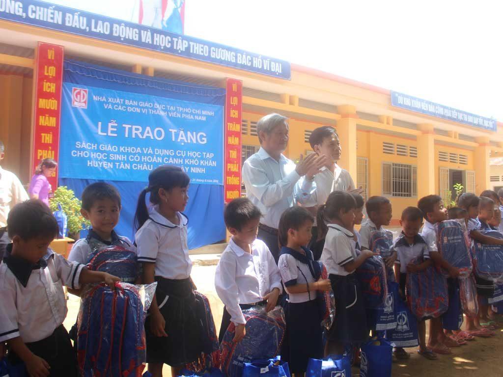 Ông Đỗ Thành Lâm - PGĐ NXB Giáo Dục tại TP. HCM và ông Dương Văn Sáu - PGĐ Sở GD&ĐT tỉnh Tây Ninh trao quà cho các em học sinh trường TH Đồng Kèn - Huyện Tân Châu