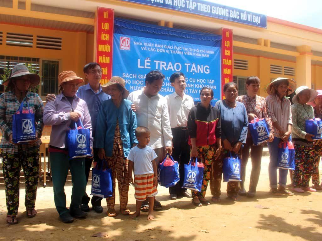 Các hộ gia đình Việt kiều Campuchia huyện Tân Châu nhận quà tài trợ