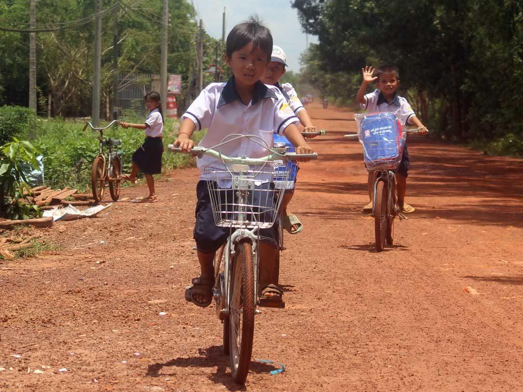 Niềm vui của các em trường TH Đồng Kèn - Tân Châu - Tây Ninh khi nhận được quà