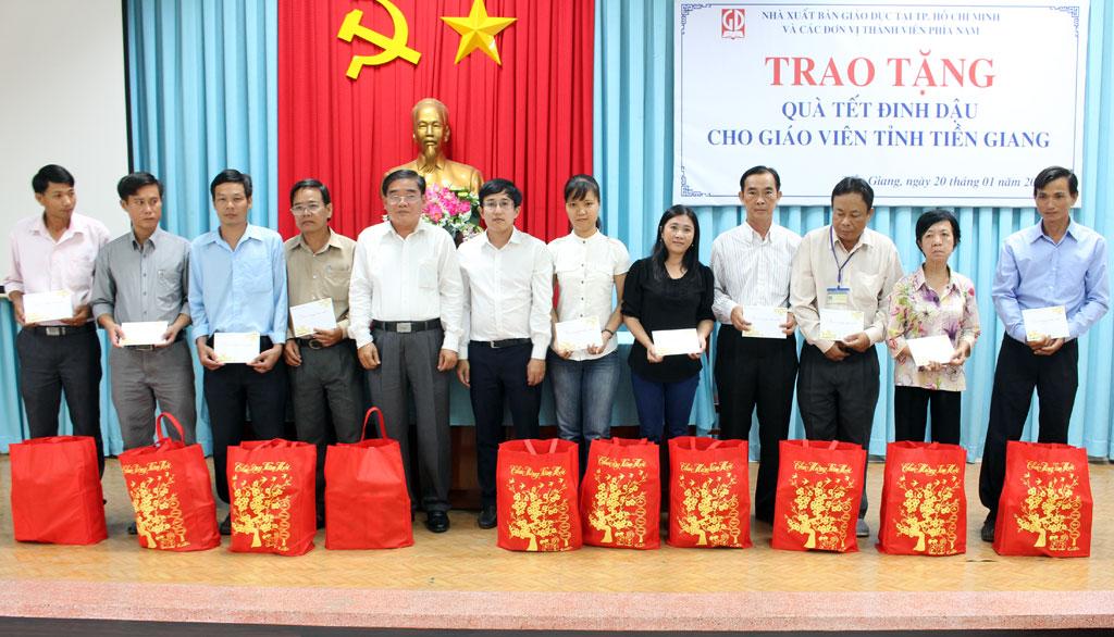 Ô. Ngô Đoàn Trọng Nghĩa - PGĐ NXBGD tại TP.HCM trao quà tết cho giáo viên tỉnh Tiền Giang