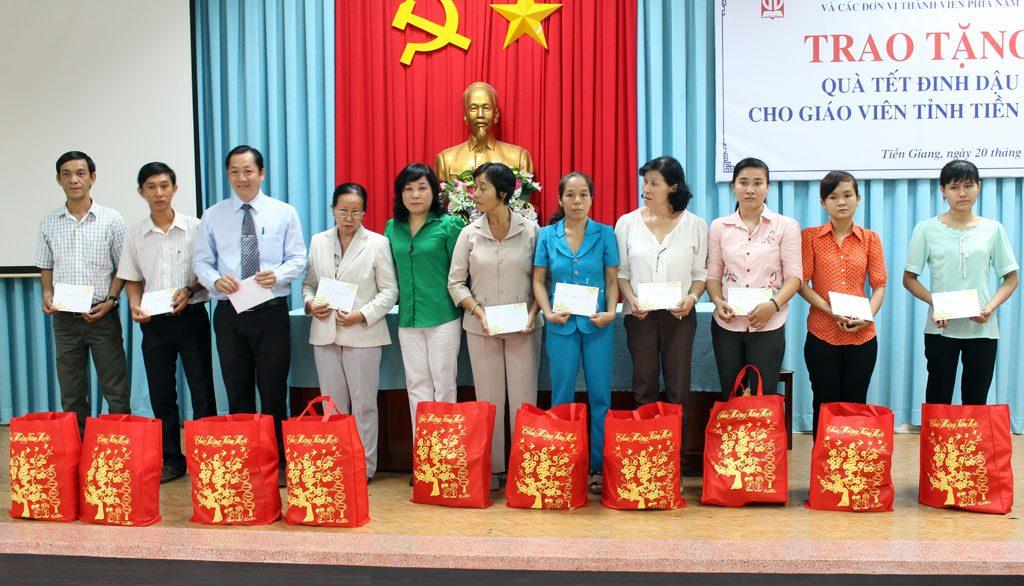 Đại diện công ty Gia Định trao quà tết cho giáo viên tỉnh Tiền Giang