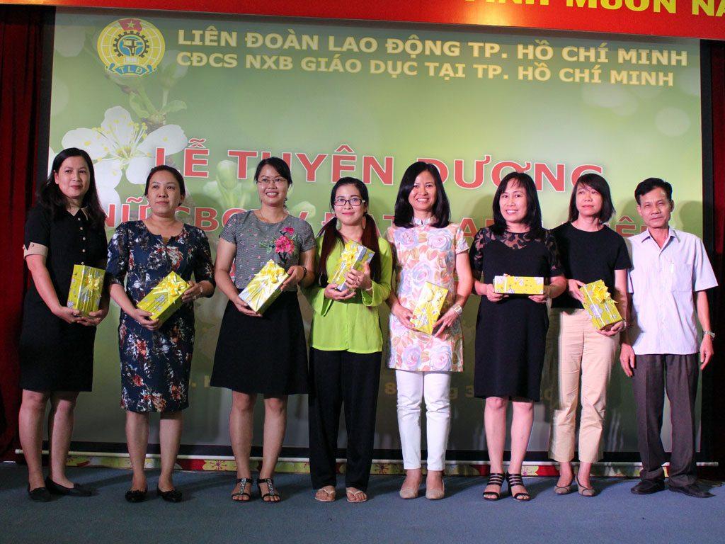 """Khen thưởng nữ CBVC đạt danh hiệu """"Phụ nữ 2 giỏi"""" năm 2016"""