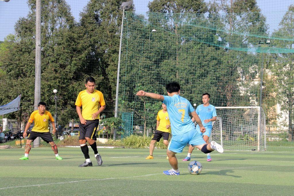 Bóng đá - Tranh bóng quyết liệt