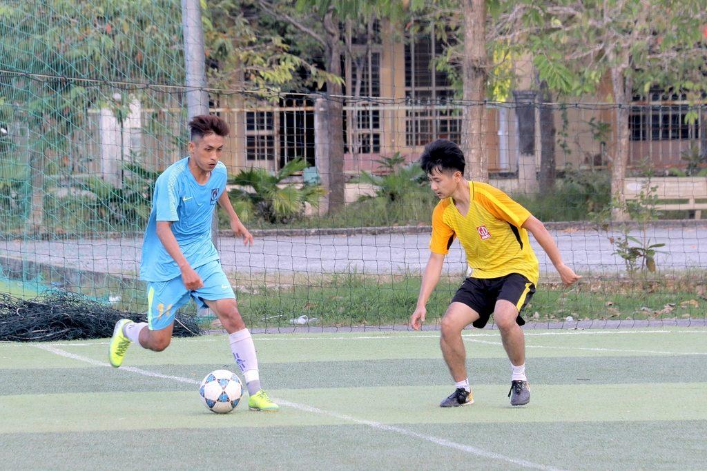 Bóng đá - Tranh bóng quyết liệt (2)