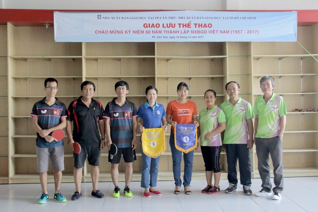 Bóng bàn - Đội bóng bàn NXBGD tại TPHCM & Cần Thơ trao cờ lưu niệm