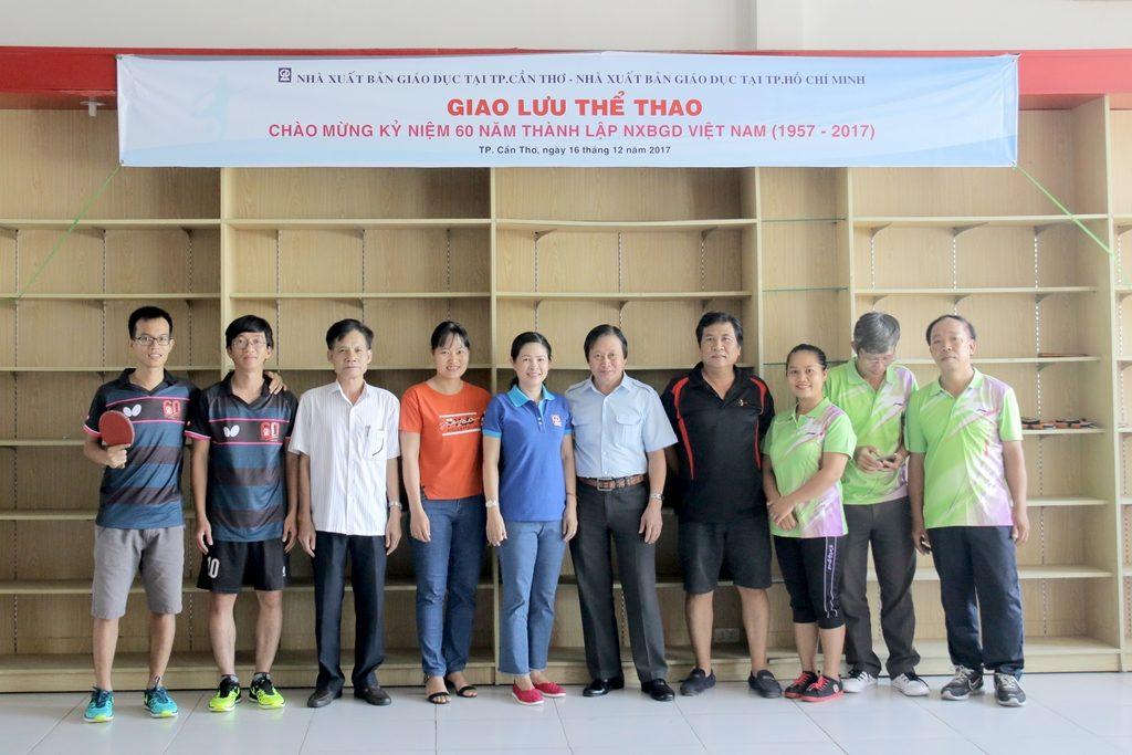 Giao lưu - Lãnh đạo NXBGD tại TP. HCM &Cần Thơ chụp ảnh lưu niện tại Lễ khai mạc hội thao