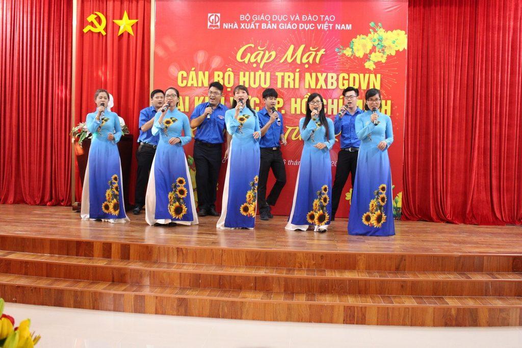 Đội văn nghệ NXBGD tại TP. Hồ Chí Minh biểu diễn phục vụ chương trình gặp gỡ cán bộ hưu trí NXBGDVN tại khu vực TP. Hồ Chí Minh