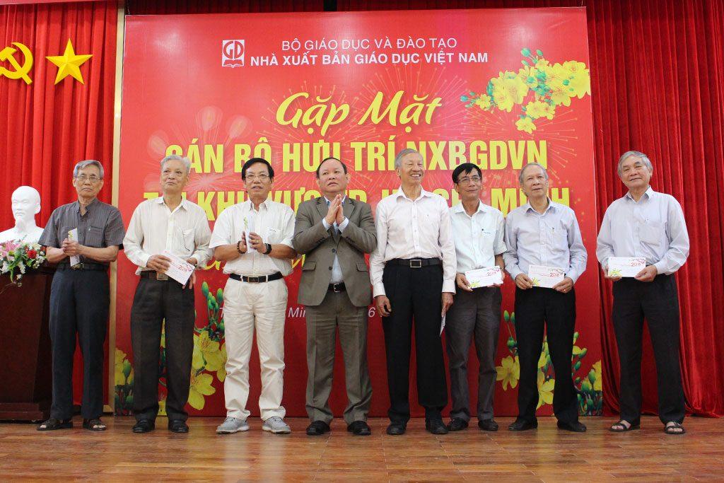 CT HĐTV NXBGDVN tặng quà cho các đồng chí nguyên là GĐ, PGĐ NXBGD tại TP. Hồ Chí Minh