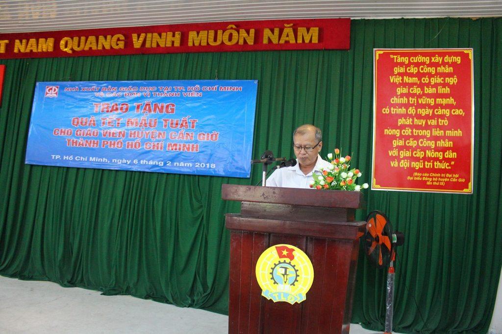 Ông Trần Văn Hưng - Phó GĐ NXB Giáo Dục tại TP. Hồ Chí Minh - phát biểu và chúc tết các thầy, cô giáo tại huyện Cần Giờ