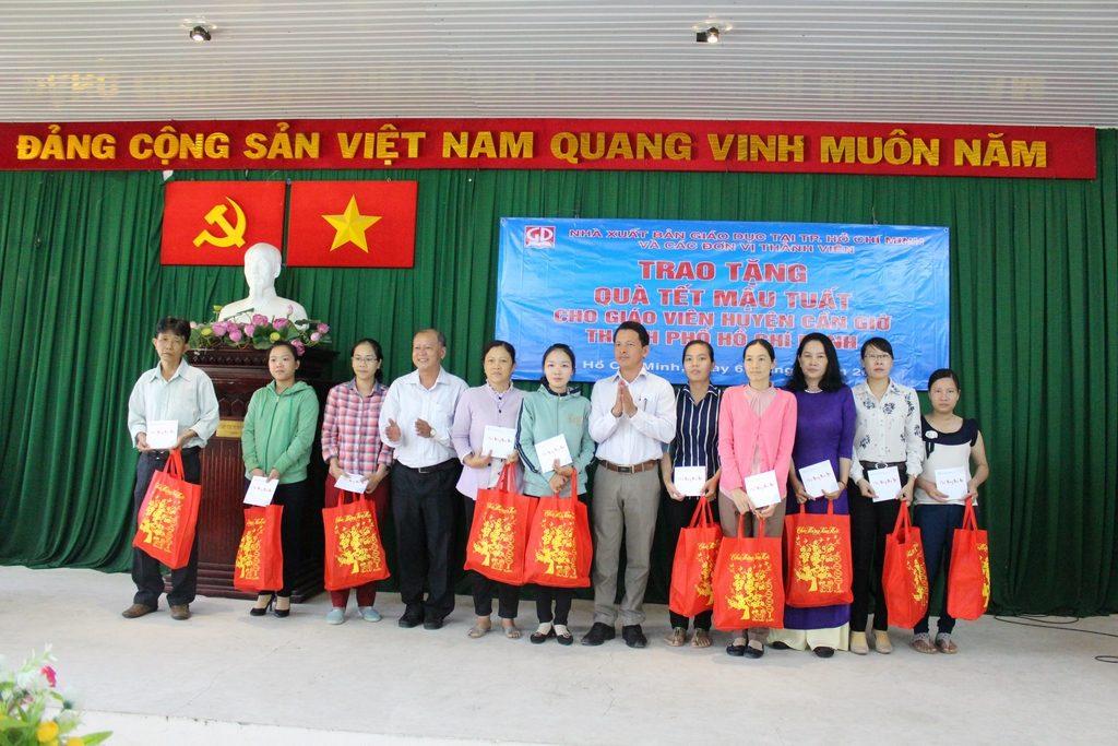 Ông Trần Văn Hưng - Phó GĐ NXB Giáo Dục tại TP. Hồ Chí Minh - và ông Phan Thành Pháp - Chủ tịch LĐLĐ Huyện Cần Giờ - trao tặng quà tết cho các thầy, cô giáo Huyện Cần Giờ