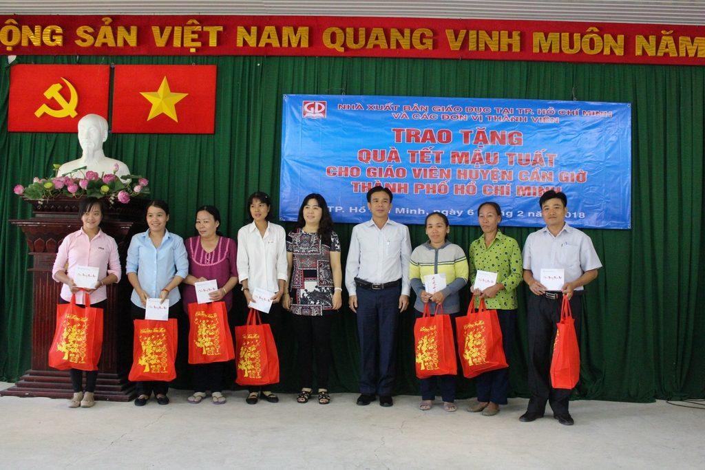 Ông Lưu Thiên Đức - Ủy viên thường vụ CĐ ngành Giáo Dục TP. Hồ Chí Minh - và đại diện Công ty CP Đầu tư và phát triển giáo dục Phương Nam trao tặng quà tết cho các thầy, cô giáo Huyện Cần Giờ