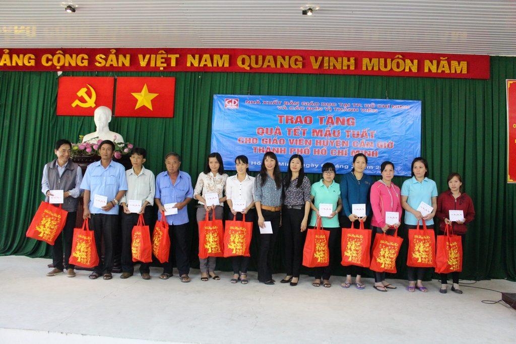 Đại diện LĐLĐ huyện Cần Giờ và đại diện Công ty Dịch vụ xuất bản Gia Định trao tặng quà tết cho các thầy, cô giáo Huyện Cần Giờ