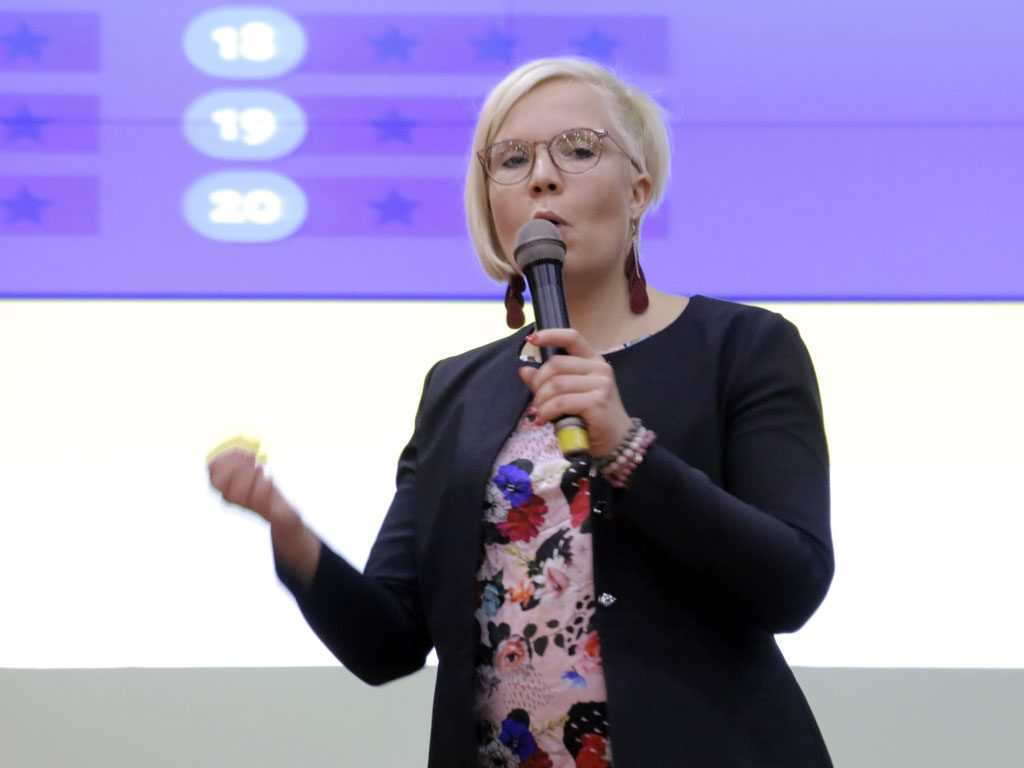 Bà Eenariina Hämäläinen - chuyên gia Phần Lan - trình bày các nội dung về thực tế và kinh nghiệm trong việc làm SGK
