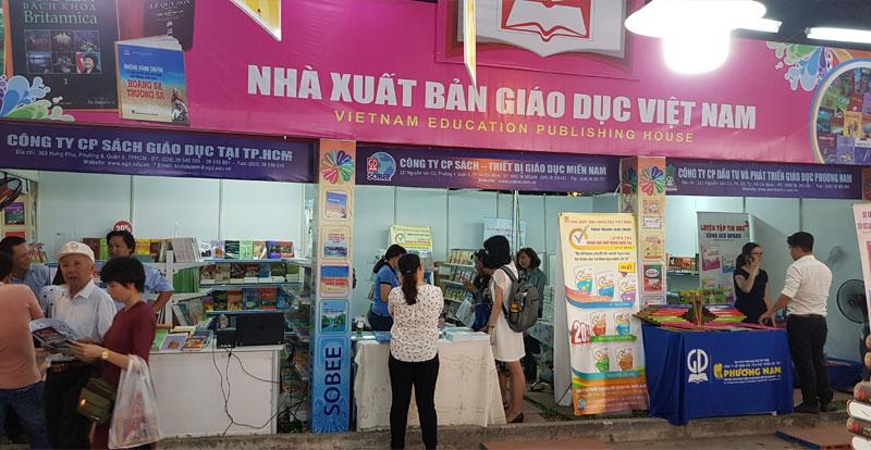 Bạn đọc đang tham quan các gian hàng của NXBGDVN tại Hội sách TP. Hồ Chí Minh lần X - 2018