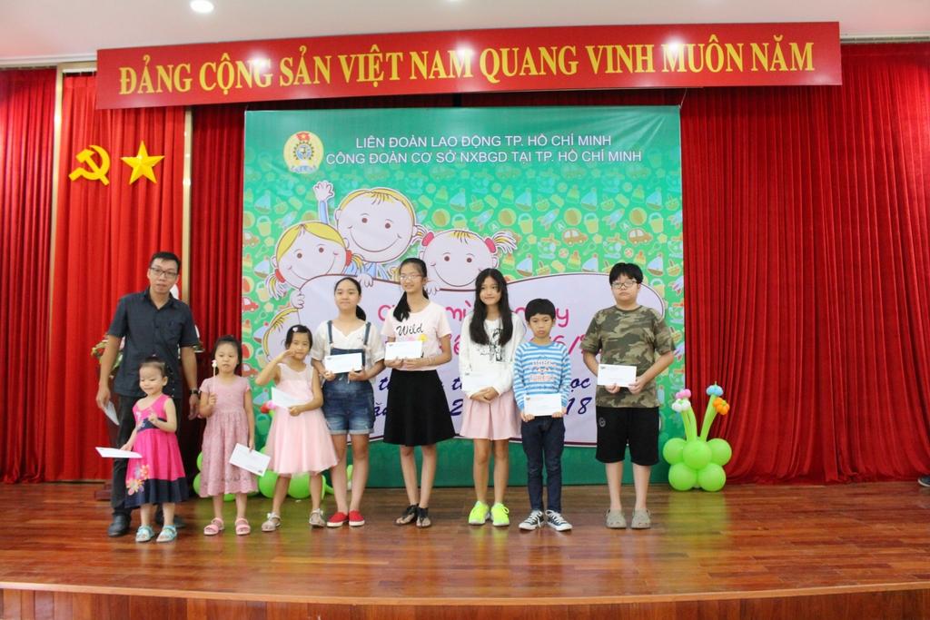 Các bé nhận quà thưởng thành tích học tập tốt năm học 2017 - 2018