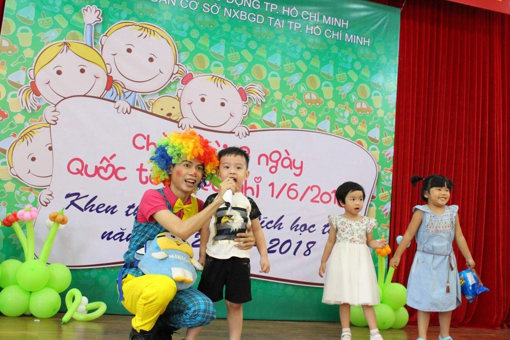 Các bé tham gia trò chơi trong Hội trường