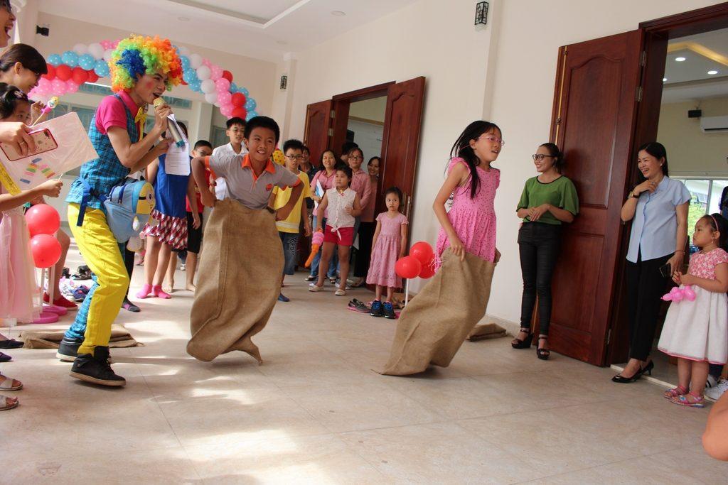 Các bé tham gia trò chơi vận động
