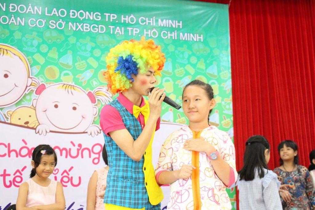 Các bé và phụ huynh cùng tham gia trò chơi trong Hội trường