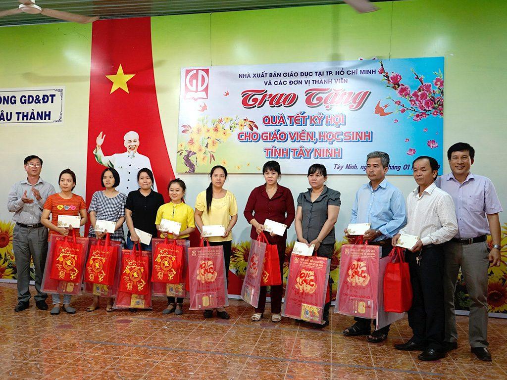 Đại diện Sở GD&ĐT Tỉnh Tây Ninh và Đại diện Các DVTV NXBGD khu vực phía Nam trao tặng quà Tết Kỷ Hợi cho các thầy cô giáo huyện Châu Thành
