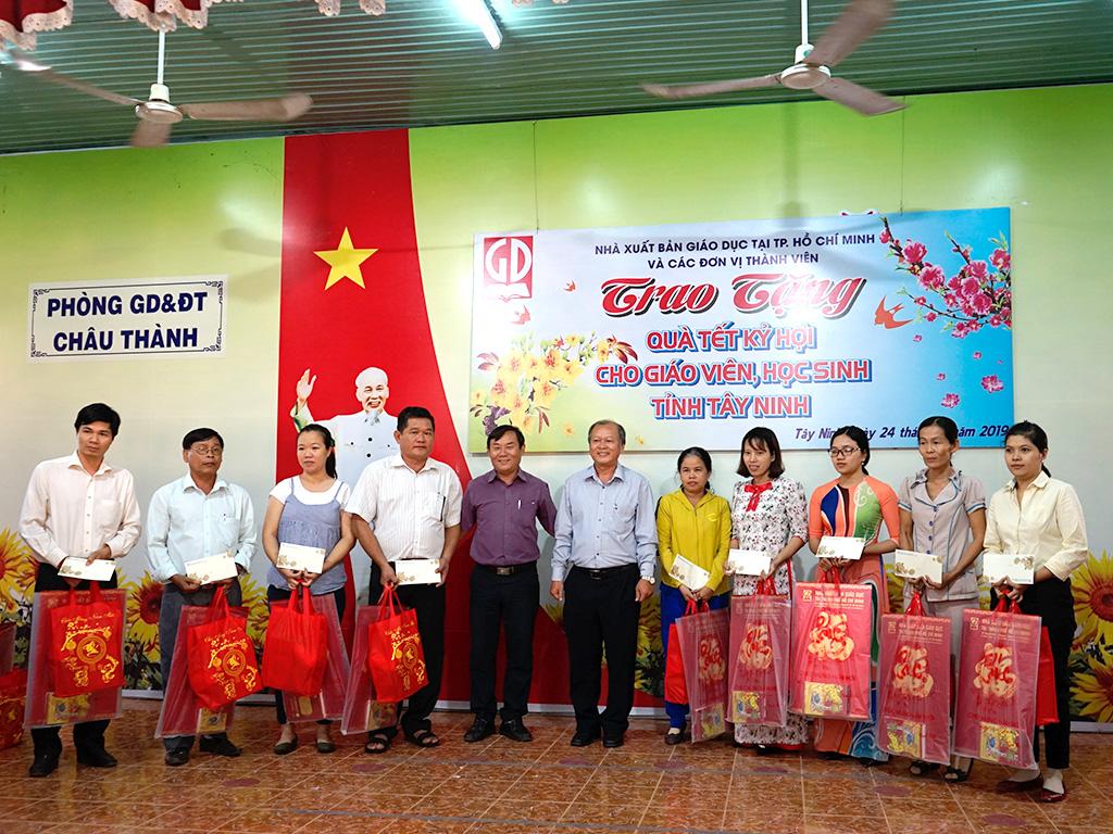 Lãnh đạo NXBGD tại TP.HCM và Lãnh đạo Sở GD&ĐT Tỉnh Tây Ninh trao tặng quà Tết Kỷ Hợi cho các thầy cô giáo huyện Châu Thành