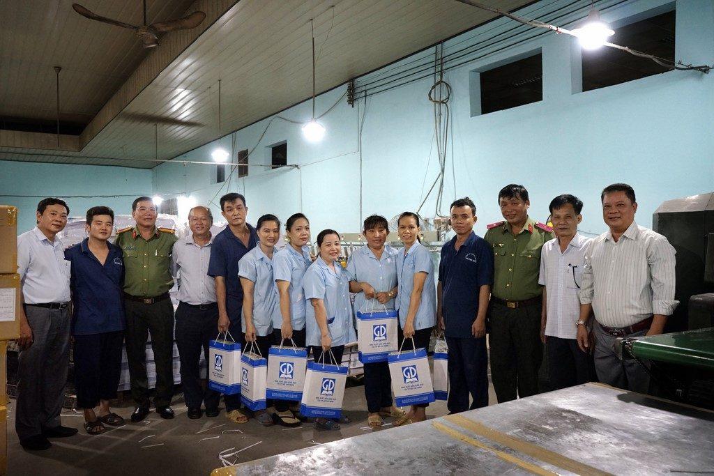Lãnh đạo NXBGD tại TP.HCM tặng quà cho công nhân XN in 2 - CTy TNHH MTV in Ba Đình ngày 28-5-2019