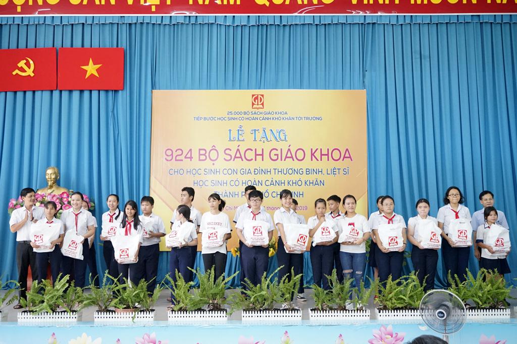 Ông Đỗ Thành Lâm - Giám đốc NXBGD tại TP. Hồ Chí Minh - cùng đại diện Phòng Giáo Dục & Đào Tạo Huyện Hóc Môn trao tặng SGK cho các em HS