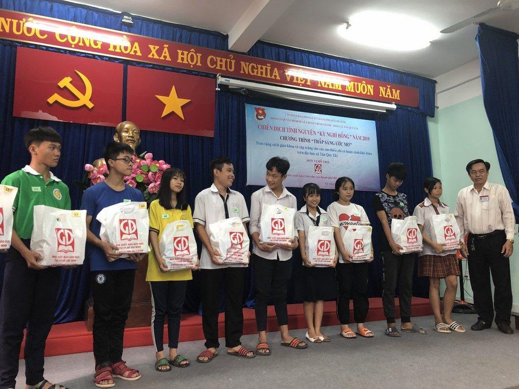 Đại diện UBND xã Tân Quý Tây - Huyện Bình Chánh - Tặng SGK cho các em HS