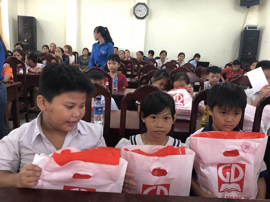 Niềm vui của các em HS tại xã Vĩnh Lộc B và xã Tân Quý Tây khi được tặng SGK
