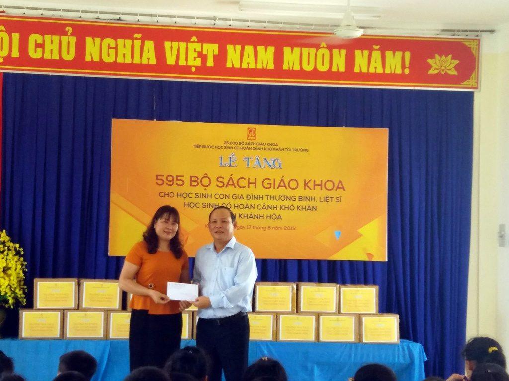Ông Nguyễn Đức Thái - Chủ tịch HĐTV NXBGDVN tặng quà hỗ trợ cho hoạt động trường Mầm non Căn cứ Cam Ranh