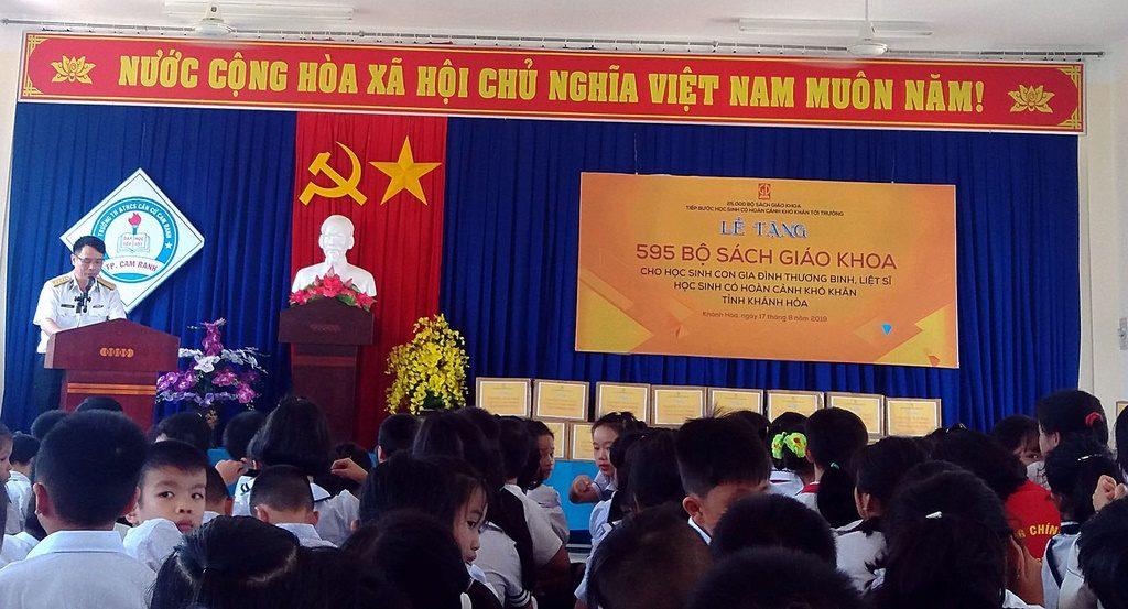 Đại tá Lã Văn Hùng - Phó Chính ủy Vùng 4 Hải quân phát biểu tại Lễ tặng sách