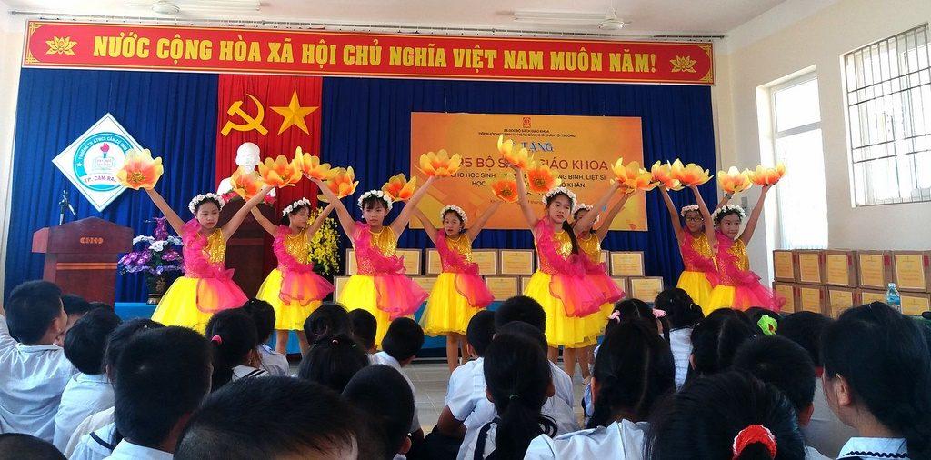 Các em học sinh trường TH&THCS Căn cứ Cam Ranh biểu diễn văn nghệ tại buổi lễ tặng sách