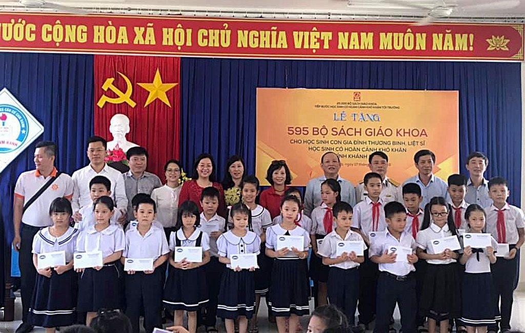 Lãnh đạo NXBGDVN và các chiến sĩ Trường Sa Đoàn công tác số 11 - năm 2019 tặng học bổng cho các em học sinh