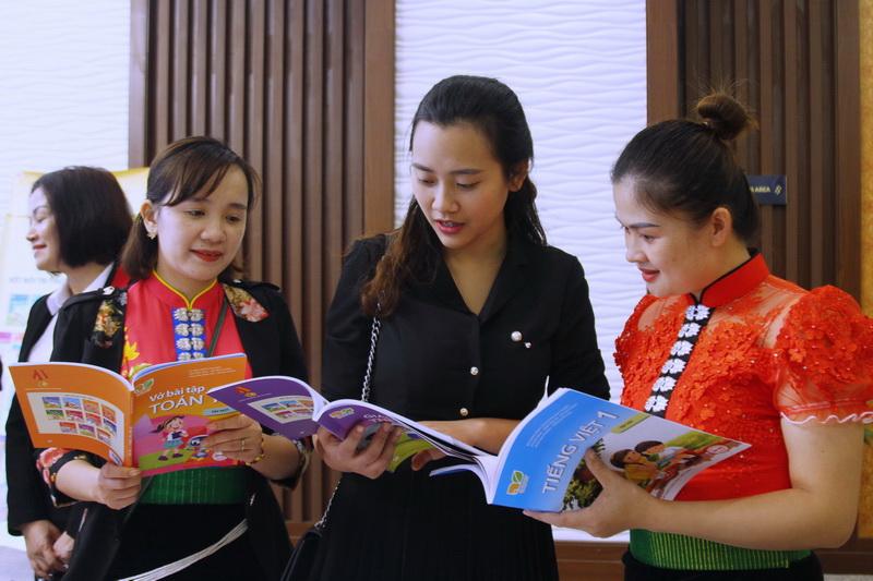 Giáo viên tham khảo các bộ SGK lớp 1 mới. Nguồn ảnh: giaoducthoidai.vn