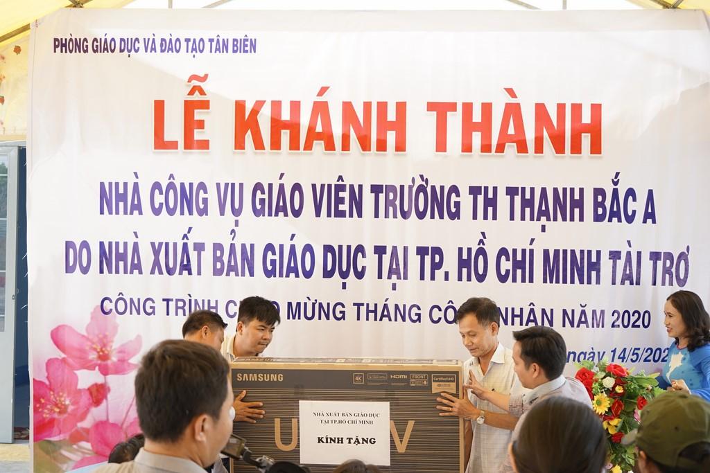 NXBGD tại TP. Hồ Chí Minh trao tặng ti vi cho giáo viên tại nhà công vụ