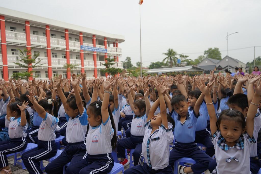 Các em HS trường TH Bình Lợi - Huyện Bình Chánh dự lễ chào cờ đầu tuần và lễ trao tặng sách cho TVTH