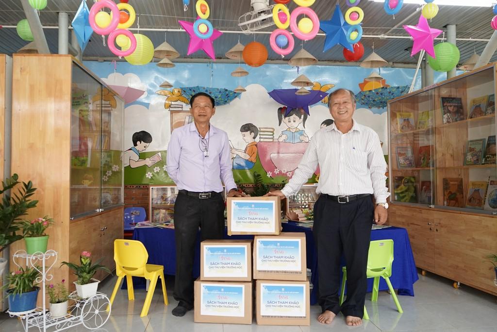 STK của NXBGD tại TP. HCM được trao tặng cho thư viện trường TH Bình Lợi - Huyện Bình Chánh