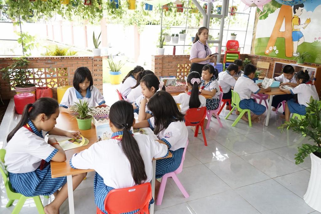 Các em HS trường TH Bình Lợi - Huyện Bình Chánh đọc sách tại thư viện trường