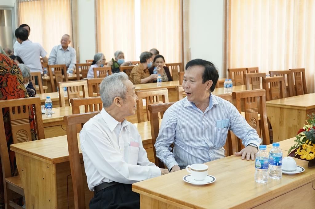 Cán bộ hưu trí thăm hỏi nhau trong buổi họp mặt