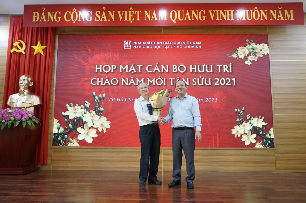 Ông Nguyễn Đức Thái - Chủ tịch HĐTV NXBGDVN (phải) trao tặng quà cho đại diện CLB Hưu trí NXBGDVN khu vực phía Nam